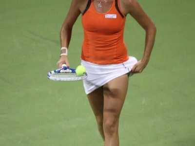 网球女运动员怀孕打球 为啥要将球塞到短裙里